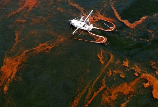 原油の流出がいかにひどい事態かがよく分かる写真