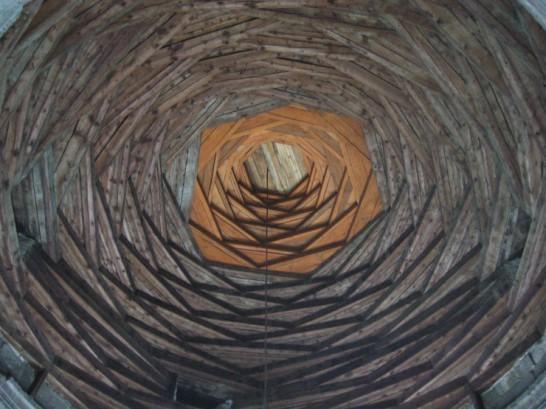 圧倒的な存在感を放つデザイン・設計された天井